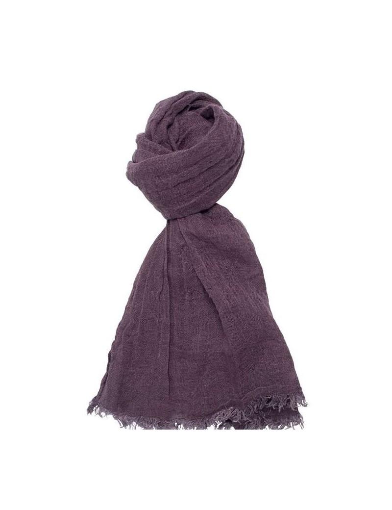 2f3fdcbe0bb3 Cette écharpe en lin lavé violet peut se porter aussi bien l été que  l hiver pour accessoiriser une tenue. Le lin lavé a un effet froissé  naturel qui donne ...